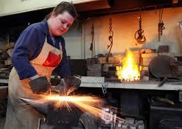 Женщина металло обработка- кузнец