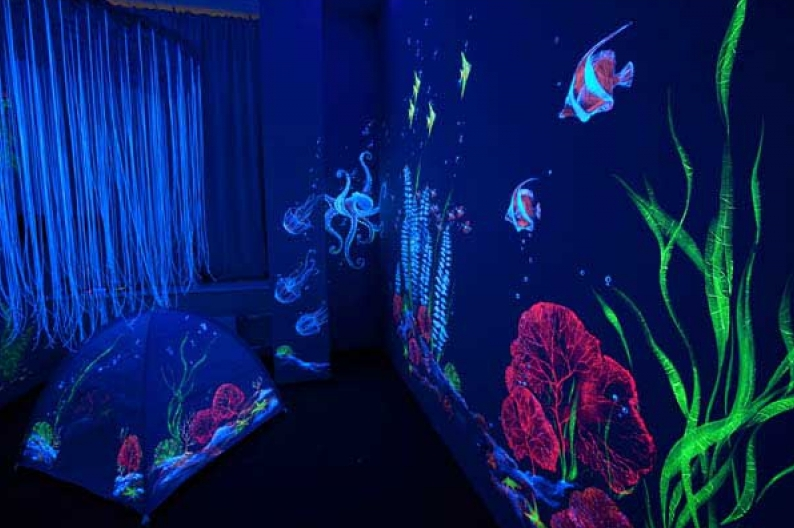 Ультрафиолетовое освещение в комнате